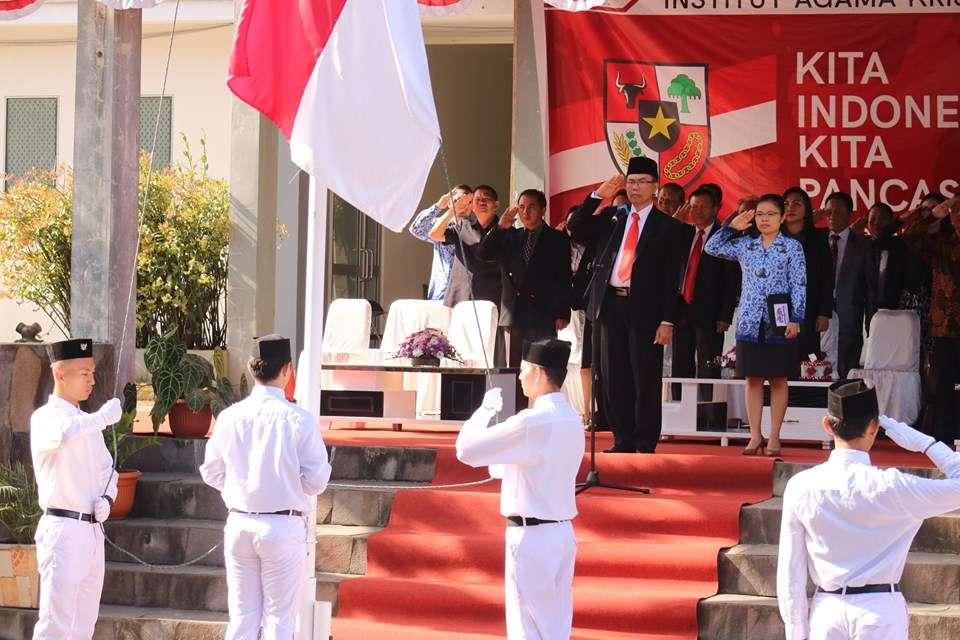 Direktur Pendidikan Agama Kristen Jadi Pembina Upacara Hardiknas di IAKN Manado