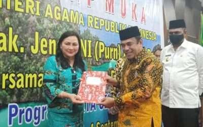 Menteri Agama Serahkan Mahasiswa Program Kita Cinta Papua (KCP) untuk IAKN Manado